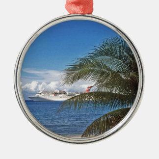 Barco de cruceros del carnaval atracado en la isla ornamente de reyes
