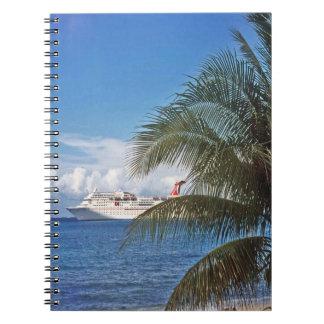 Barco de cruceros del carnaval atracado en la isla cuaderno