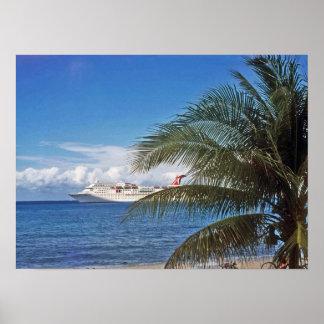 Barco de cruceros del carnaval atracado en la isla impresiones