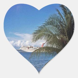 Barco de cruceros del carnaval atracado en la isla calcomanía de corazón