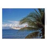 Barco de cruceros del carnaval atracado en la isla tarjeton