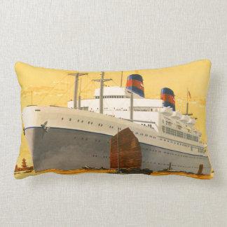 Barco de cruceros del vintage al Oriente con los b Cojines