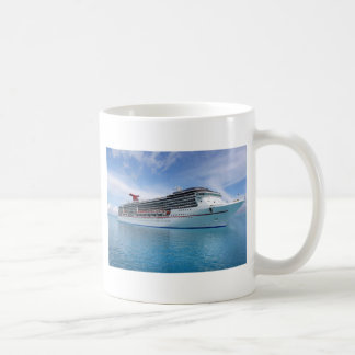 Barco de cruceros en aguas del Caribe Taza