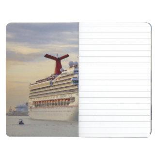 Barco de cruceros en el crepúsculo cuadernos grapados