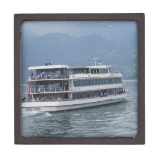 Barco de cruceros en el lago Thun en Suiza Caja De Recuerdo De Calidad