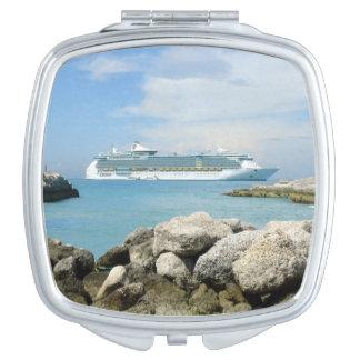 Barco de cruceros en los espejos compactos de