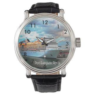Barco de cruceros en los marismas del puerto relojes de mano