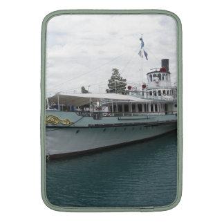 Barco de cruceros para el viaje del ocio en el funda para macbook air
