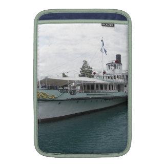 Barco de cruceros para el viaje del ocio en el funda macbook air