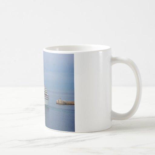 Barco de cruceros que sale de Malta Tazas