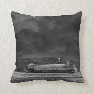 Barco de cruceros que viaja con la noche almohada