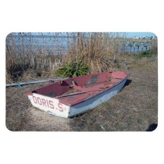 Barco de fila rústico viejo imán
