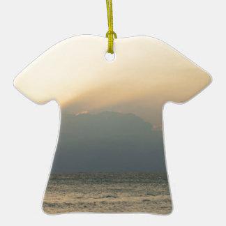 Barco de la isla del Fijian Adorno De Cerámica En Forma De Camiseta