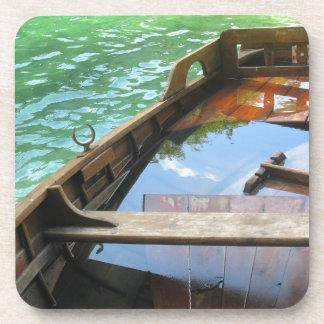 Barco de madera en el lago turquoise, Croacia Posavasos De Bebida