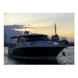 Barco de motor en la oscuridad tarjetas postales