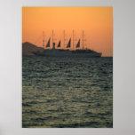 Barco de navegación de la travesía en la puesta de poster