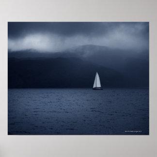 Barco de navegación en clima tempestuoso en escocé póster