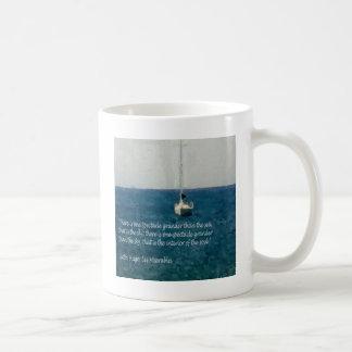 Barco de navegación en el mar taza de café