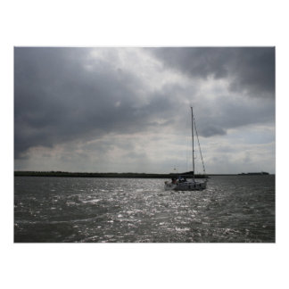 Barco de navegación y arte tempestuoso del poster