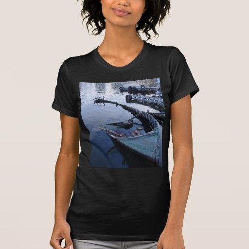 Barco de pesca abandonado camiseta
