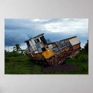 Barco de pesca aherrumbrado, jubilado póster