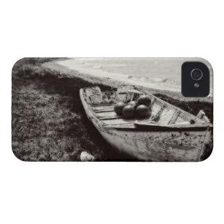 Barco de pesca blanco y negro iPhone 4 Case-Mate cobertura
