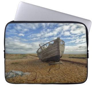 Barco de pesca de madera abandonado el | Dungeness Fundas Computadoras