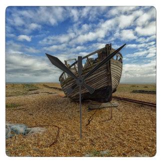 Barco de pesca de madera abandonado el | Dungeness Reloj Cuadrado