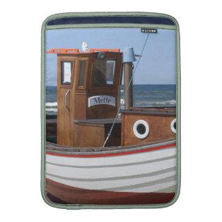 Barco de pesca de madera en la playa fundas macbook air