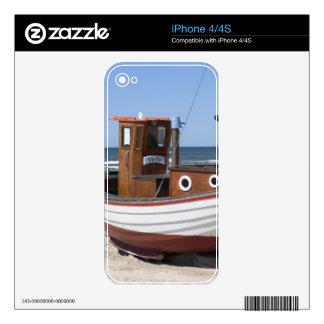 Barco de pesca de madera en la playa iPhone 4S calcomanías