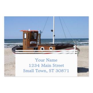 Barco de pesca de madera en la playa tarjetas de visita grandes
