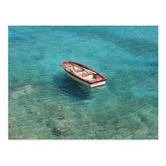 Barco de pesca en el agua clara, colorida, Mani Postal