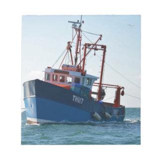 Barco de pesca en el canal libretas para notas
