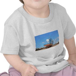Barco de pesca en el duro camiseta