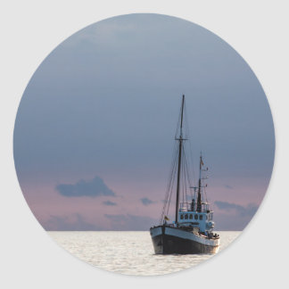 Barco de pesca en el mar Báltico Pegatina Redonda