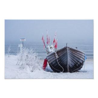 Barco de pesca en la orilla del mar Báltico en Fotografía