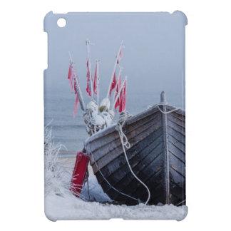 Barco de pesca en la orilla del mar Báltico en inv