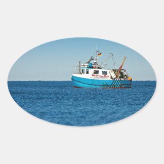 Barco de pesca en la orilla del mar Báltico Pegatinas De Ovaladas