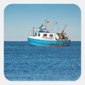 Barco de pesca en la orilla del mar Báltico Pegatina Cuadrada
