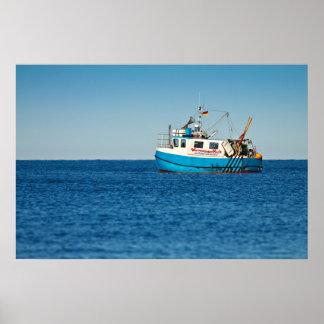 Barco de pesca en la orilla del mar Báltico Póster