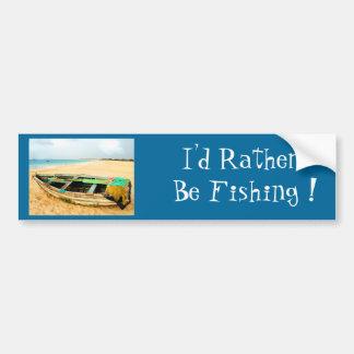Barco de pesca en la playa etiqueta de parachoque