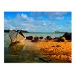 Barco de pesca en la playa mauriciana con el tarjeta postal