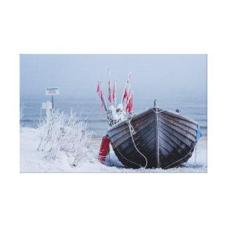 Barco de pesca en orilla en el mar Báltico