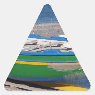Barco de pesca verde viejo en la playa pegatina triangular
