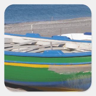 Barco de pesca verde viejo en la playa calcomanías cuadradas personalizadas
