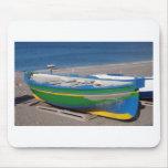 Barco de pesca verde viejo en la playa alfombrillas de ratón