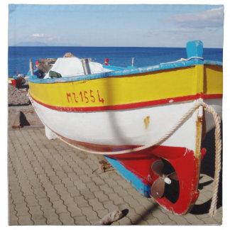 Barco de pesca viejo elaborado en el pavimento servilleta imprimida