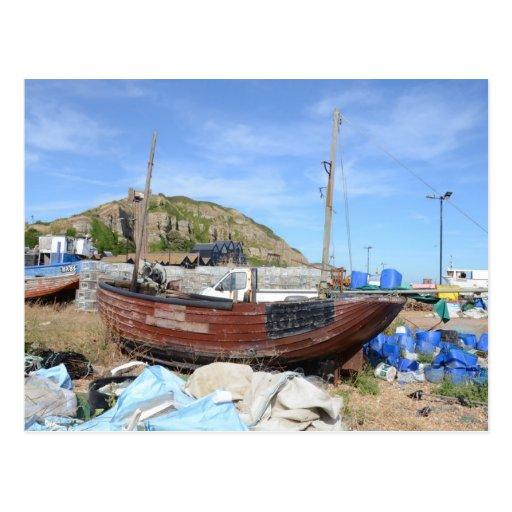 Barco de pesca viejo en la playa tarjeta postal