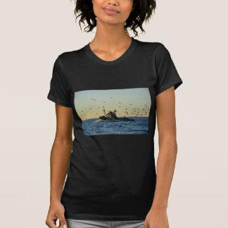 Barco de pesca y una multitud de gaviotas camisetas