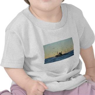 Barco de pesca y una multitud de gaviotas camiseta